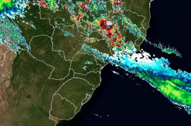 A baixa pressão associada à ZCAS, em imagem de satélite, na tarde desta quinta (Reprodução da web)